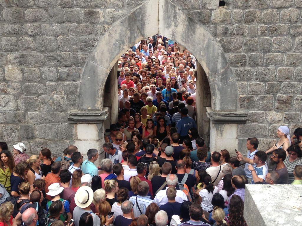 les dangers du tourisme de masse: villes saturées